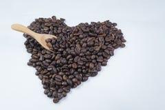 Groot die hart van koffiebonen en lepel wordt gemaakt Stock Fotografie