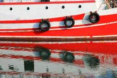 Groot die schip in de haven wordt vastgelegd stock afbeeldingen