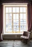 Groot die venster met lichten wordt verfraaid Nieuwe jaarvooravond en Kerstmisstemming in de stad Royalty-vrije Stock Afbeeldingen