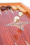 Groot dobbelt daling op houten met de hand gemaakte backgammonraad Stock Foto