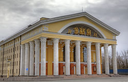 Groot dramatheater in Petrozavodsk. Stock Afbeeldingen