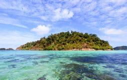 Groot eiland op zonneschijndag Stock Foto