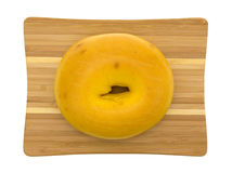 Groot eiongezuurd broodje op een kleine scherpe raad Stock Afbeeldingen