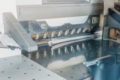Groot elektronisch mes voor scherp document in druk stock fotografie