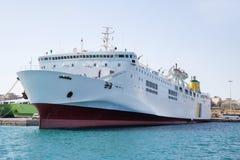 Groot en groot veerboot of vrachtschip in de haven Stock Foto's