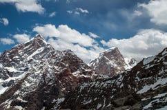 Groot en hooggebergte in Centraal-Azië, Tadzjikistan met sneeuw adn clounds stock fotografie