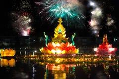 Groot en kleine boten met kaarsen en bloemen worden gegeven voor Thail stock afbeelding