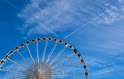 Groot ferriswiel op blauwe hemelachtergrond Stock Fotografie