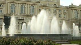 Groot fontein die omhoog water, voor Odessa Opera en Ballettheater gutsen stock videobeelden
