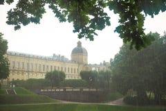 Groot Gatchina-Paleis tijdens de de zomerregen Rusland Gatchina stock afbeelding