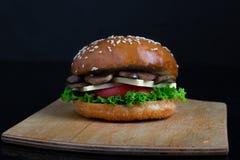 Groot gebakken broodje, sappige knapperige paddestoelhamburger, gezonde maaltijd voor lunch en diner royalty-vrije stock foto