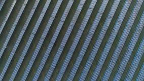 Groot gebied van blauwe photovoltaic zonnepanelen bij zonnige dag Lucht verticale top-down mening stock video