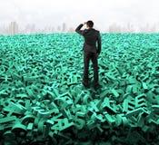 Groot gegevensconcept, zakenman die starend op reusachtige groene karakters kijken stock fotografie