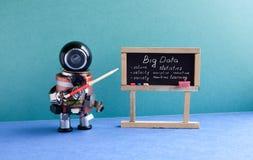 Groot gegevensmachine het leren concept De professor van de Futuricrobot verklaart moderne theorie Leraar met een wijzer dichtbij stock afbeelding