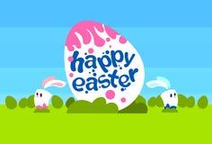 Groot Geschilderd van de Vakantiekonijnen van Ei Gelukkig Pasen Blauw de Hemel Groen Gras van Bunny Couple Spring Natural Backgro Stock Foto