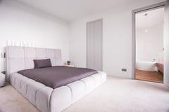 Groot gewatteerd bed royalty-vrije stock foto's