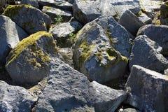 Groot Grey Rocks met Wat Mos op hen stock afbeelding