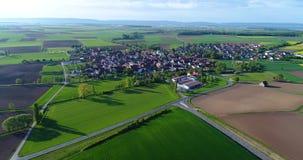 Groot groen gebied, die over het gebied, het groeien installaties, landbouw, Groot groen gebied op de achtergrond van klein vlieg stock video