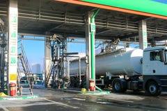 Groot groen industrieel benzinestation voor het bijtanken van voertuigen, vrachtwagens en tanks met brandstof, benzine en diesel  stock fotografie