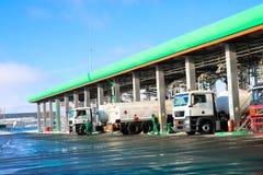 Groot groen industrieel benzinestation voor het bijtanken van voertuigen, vrachtwagens en tanks met brandstof, benzine en diesel  royalty-vrije stock afbeelding