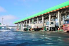 Groot groen industrieel benzinestation voor het bijtanken van voertuigen, vrachtwagens en tanks met brandstof, benzine en diesel  stock afbeeldingen