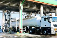 Groot groen industrieel benzinestation voor het bijtanken van voertuigen, vrachtwagens en tanks met brandstof, benzine en diesel  royalty-vrije stock fotografie