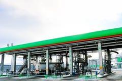 Groot groen industrieel benzinestation voor het bijtanken van voertuigen, vrachtwagens en tanks met brandstof, benzine en diesel  stock foto