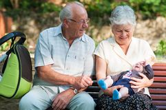 Groot - grootvader en grootmoeder en weinig babyjongen Stock Foto's