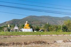 Groot grotesk Boeddhistisch monniksstandbeeld in Thais platteland Royalty-vrije Stock Afbeelding