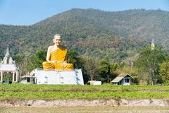 Groot grotesk Boeddhistisch monniksstandbeeld in Thais platteland Royalty-vrije Stock Foto's