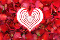 Groot hart op droge roze bloemblaadjeachtergrond Royalty-vrije Stock Foto