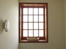 Groot helder venster met een mand Royalty-vrije Stock Afbeeldingen