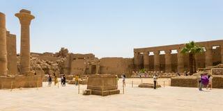 Groot hof bij de Karnak-Complexe Tempel, Luxor, Egypte royalty-vrije stock foto's