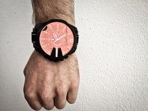 Groot horloge op een witte man hand royalty-vrije stock afbeeldingen