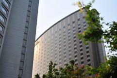Groot hotel in stad Stock Afbeeldingen