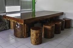 Groot hout met houten banken stock foto's
