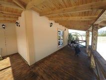 groot houten terras in traditioneel chalet met panoramisch rond vensters en pijnboombos royalty-vrije stock fotografie