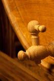 Groot houten vat met tapkraan Stock Foto's
