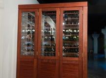 Groot houten wijnrek in het restaurant stock foto's