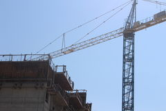 Groot Industrieel Crane Building Apartment Condos royalty-vrije stock foto's
