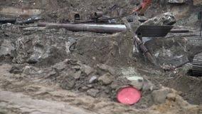 Groot industrieel graafwerktuig die gemalen, stedelijke ontwikkeling blootleggen Bulldozerlepel die in bouwwerf werken stock footage