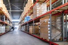 Groot industrieel hangaarpakhuis en logistiekbedrijven Stock Foto