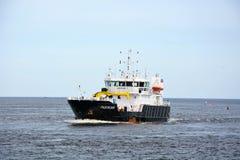 Groot industrieel schip bij het overzees van Ladoga Royalty-vrije Stock Afbeeldingen