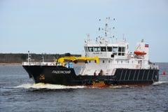 Groot industrieel schip bij het overzees van Ladoga Stock Foto's