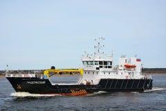 Groot industrieel schip bij het overzees van Ladoga Stock Fotografie
