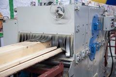 Groot industrieel zaagmolen scherp hout in raad royalty-vrije stock afbeelding