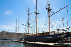 Groot jacht in haven Vieux in Marseille Royalty-vrije Stock Afbeeldingen