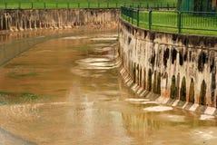 Groot kanaal aan de stadskant stock afbeeldingen