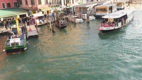 Groot kanaal in Venetië vanaf bovenkant van brug Rialto stock video