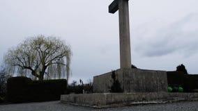 Groot Katholiek kruis die dichtbij het bos en zich rond de bevindende bomen bevinden stock videobeelden